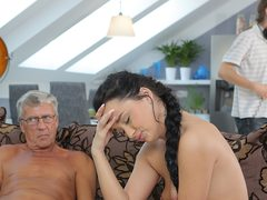 Skillful older stud controls to drill comely black-haired on couch